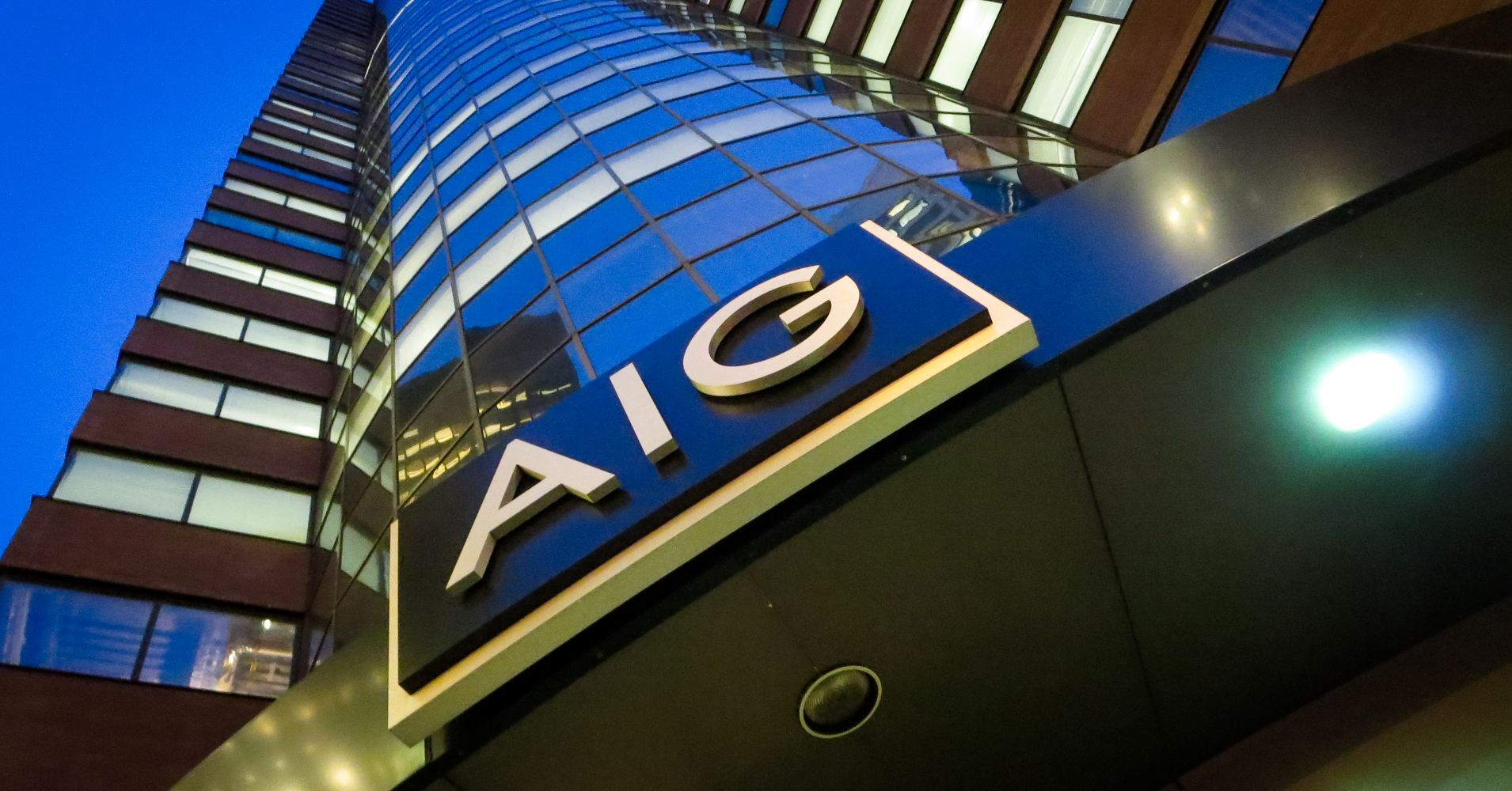 AIG信用衍生品巨亏案例分析